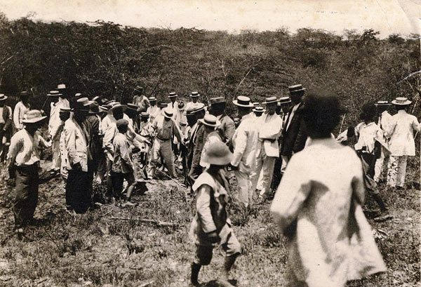 Photo of the crowd at the burial of Pedro Ivonet. Image: La Jirabilla: Revista de cultura cubana.