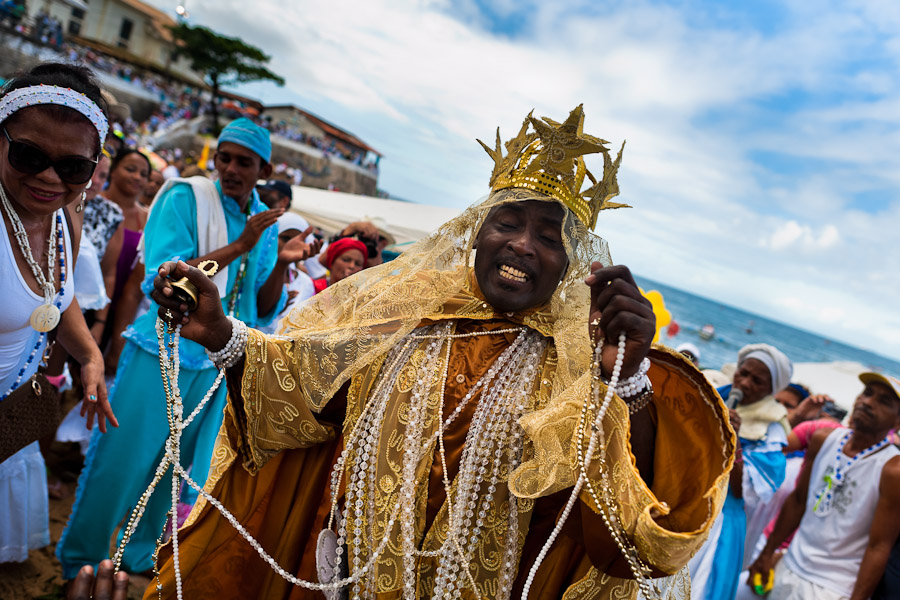 A Candomblé priest (babalorishá) during the ritual ceremony honoring Yemanjá in Salvador, Bahia, Brazil, 2012. Photo: Huffington Post.