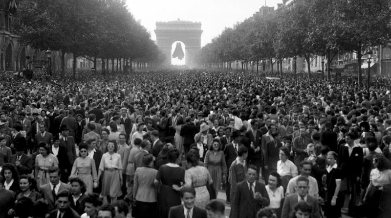 Gathering on the Champs Elysées, May 8, 1945. Photo: Le Ministère de la Défense.