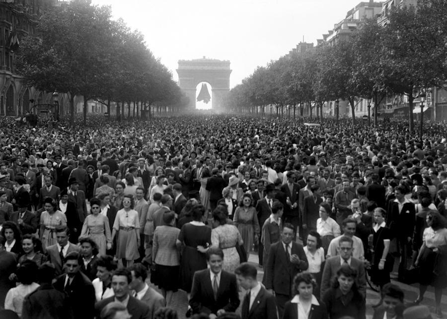 Gathering on the Champs Elysées, May 8, 1945. Photo: Le Ministère de la Défense.