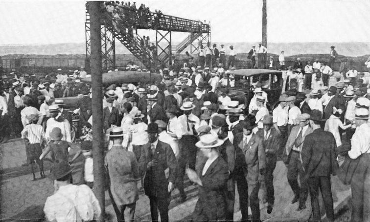 """""""Chicago race riot - beginning of the riot; White and Negroes leaving Twenty-ninth Street beach after the drowning of Eugene Williams."""" 1922. Schomburg Center for Research in Black Culture, Jean Blackwell Hutson Research and Reference Division, The New York Public Library Digital Collections."""